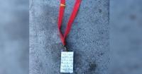 Encontró una extraña correa tirada en el piso y cuando se acercó, vio una nota que la conmovió