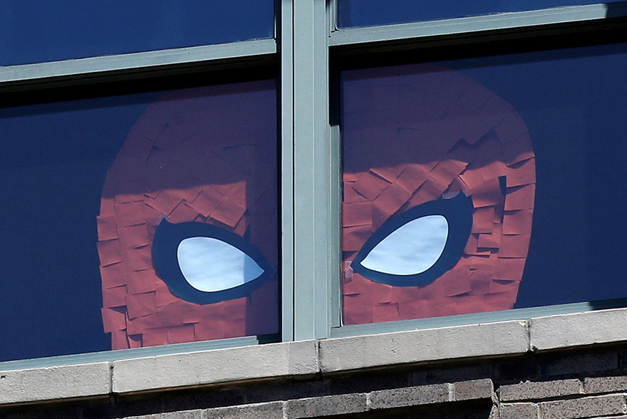 Dibujo de Spider-Man hecho con post-it