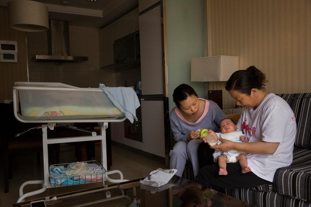 Dos mujeres asiáticas con un bebé