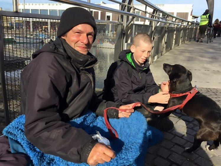 Hamish Anderson junto a Philip y su perro