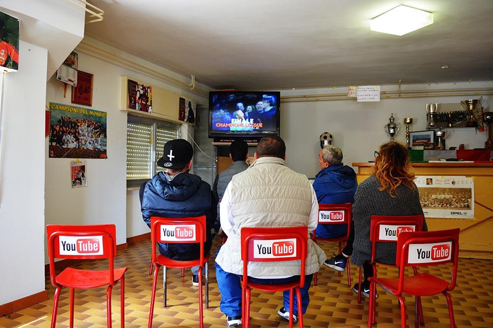 Salón donde se ve televisión llamado YouTube