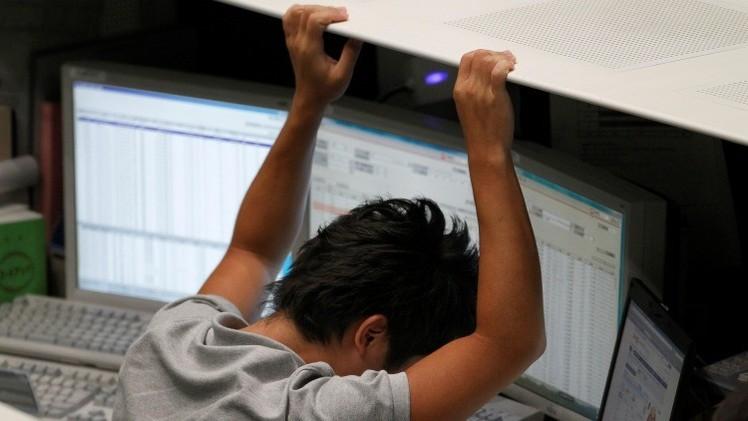 Hombre viendo pantallas de computadora