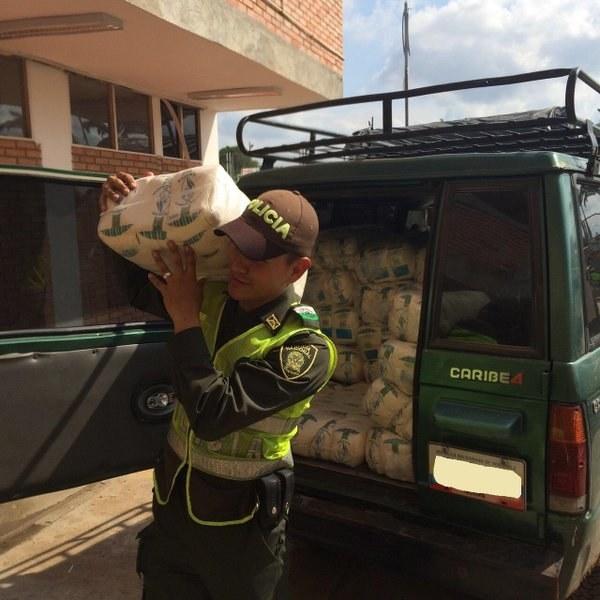 Policía lleva azúcar en el hombro