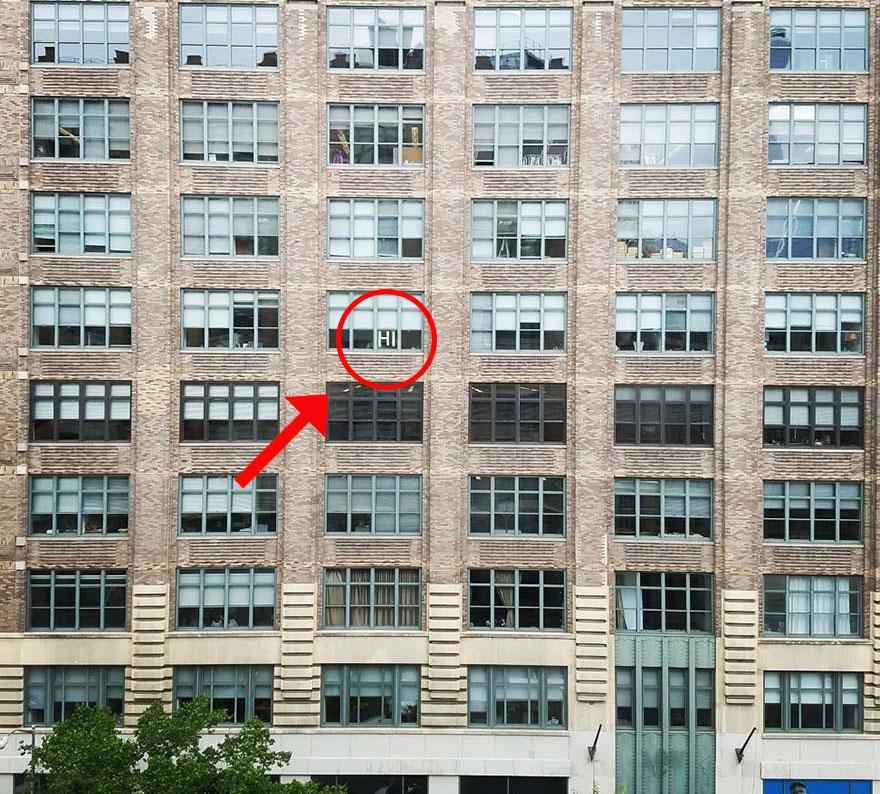 """Edificio donde escibieron """"Hi"""" en una ventana"""