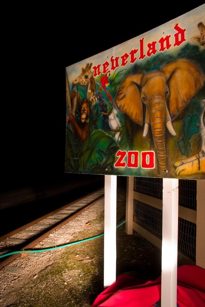 Letrero de la entrada al Zoológico de Neverland