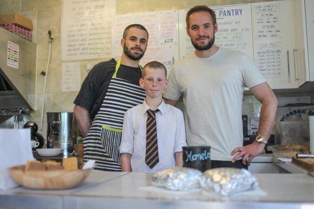 Hamish Anderson junto a los dueños del cafe Princes Pantry