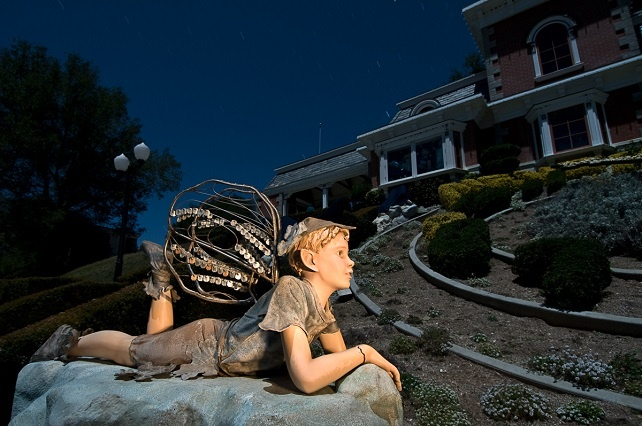 Estatua de un niño posando