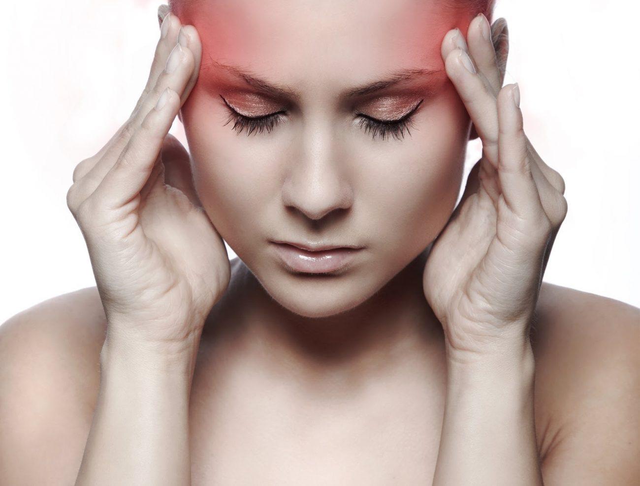 Dolor de cabeza sobre las cejas
