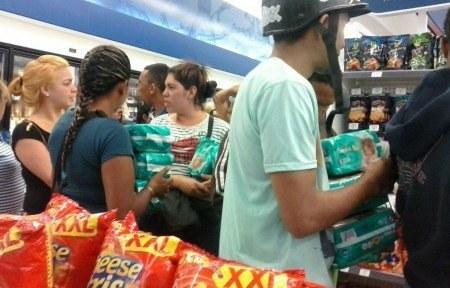 Personas haciendo fila para comprar pañales