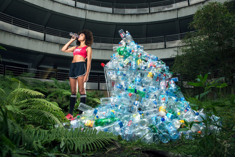 Mujer deportista tomando agua embotellada