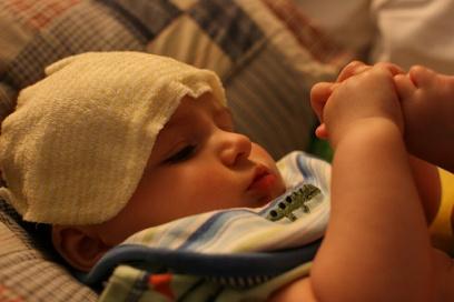 Paño frío en la cabeza de un bebé