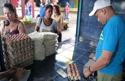 Persona vendiendo huevos