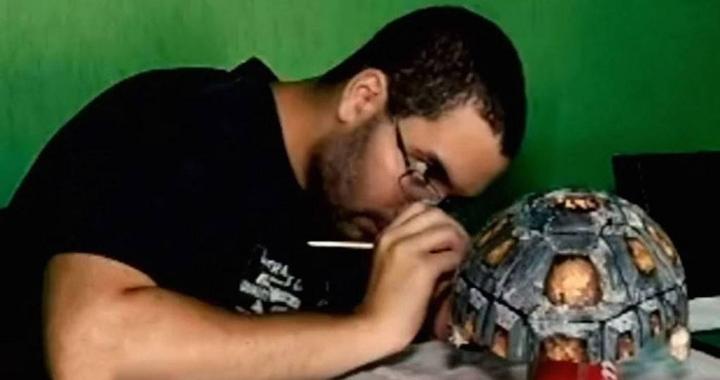 Artista pintando el caparazón