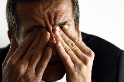 Dolor agudo detrás del ojo y la ceja