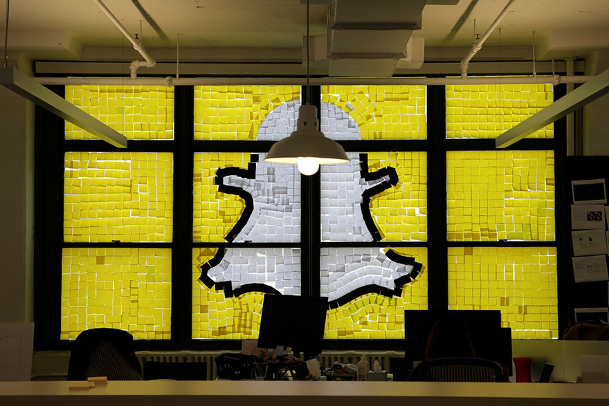 Símbolo de snapchat hecho con post-it