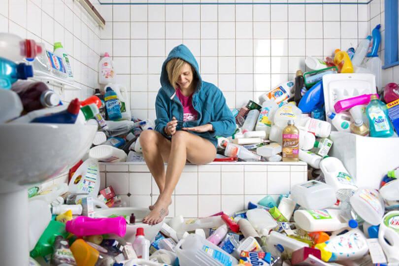 Mujer en el baño con productos de limpiez