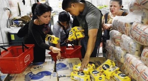 Personas llevando harina de maíz