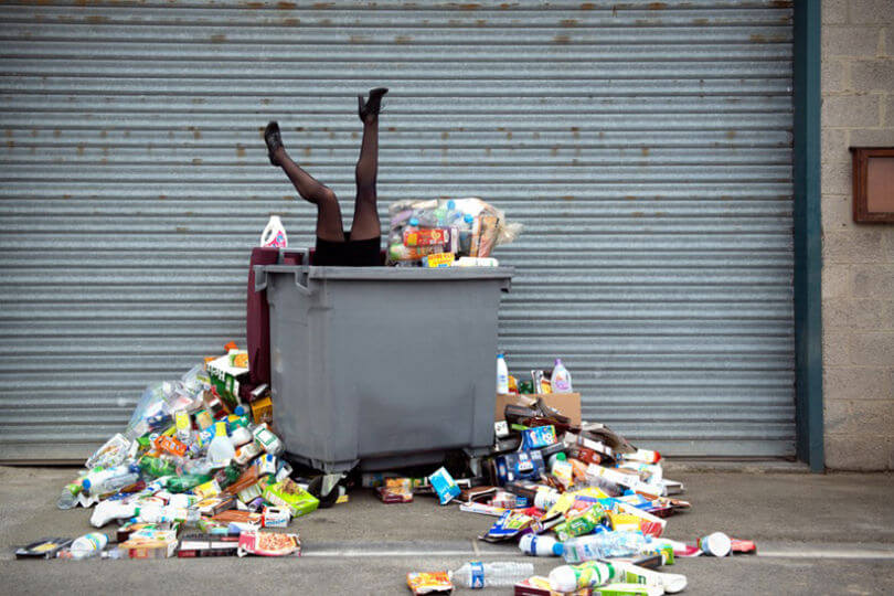 Mujer dentro de un basurero