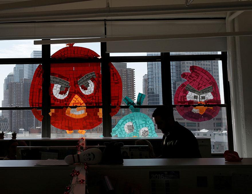 Dibujo de Angry Birds hecho con post-it en una ventana