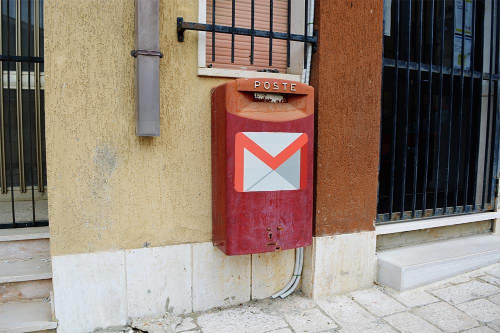 Buzón de correo con el logo de Gmail