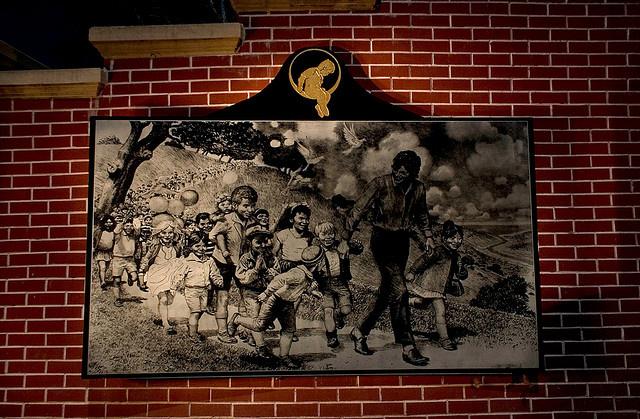 Dibujo de Michael Jackson junto a niños