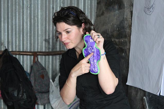 Diana muestra una toalla higiénica