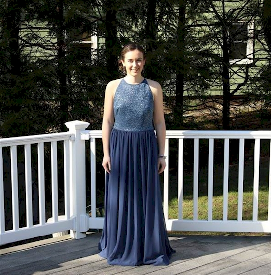 Jillian usando el vestido de Catherine
