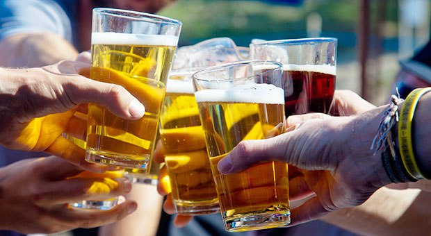 Chocando vasos de cerveza