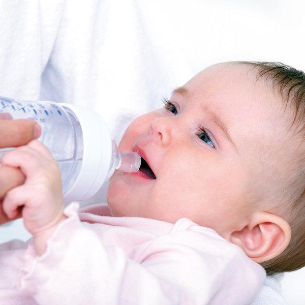Bebé tomando agua