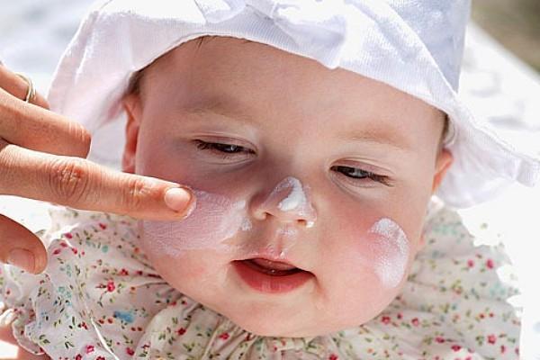 Bebé con bloqueador solar