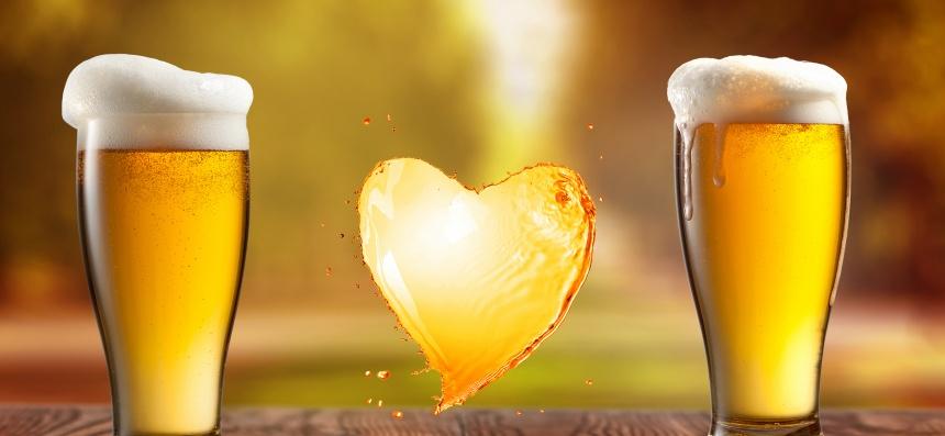 Vasos de cerveza y un corazón