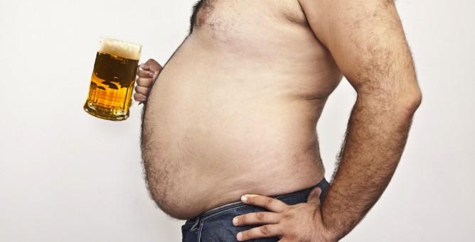 Hombre gordo con una jarra de cerveza