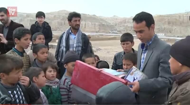 Saber Hosseini junto a niños