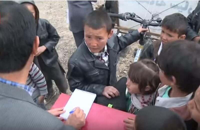 Niños escuchando a Saber Hosseini