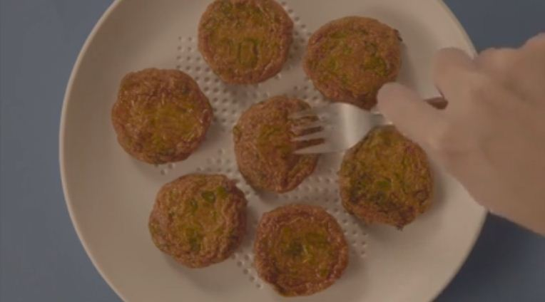 Imagen del plato que absorbe con comida encima