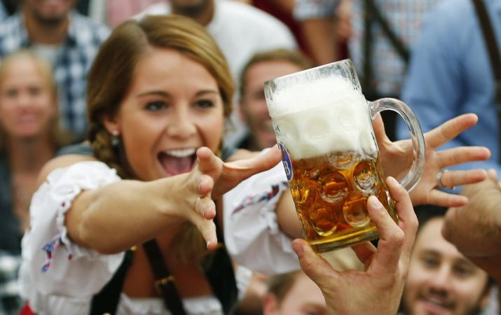 Mujer va a tomar una jarra con cerveza