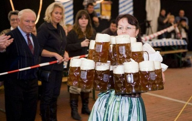 Mujer llevando jarras de cerveza