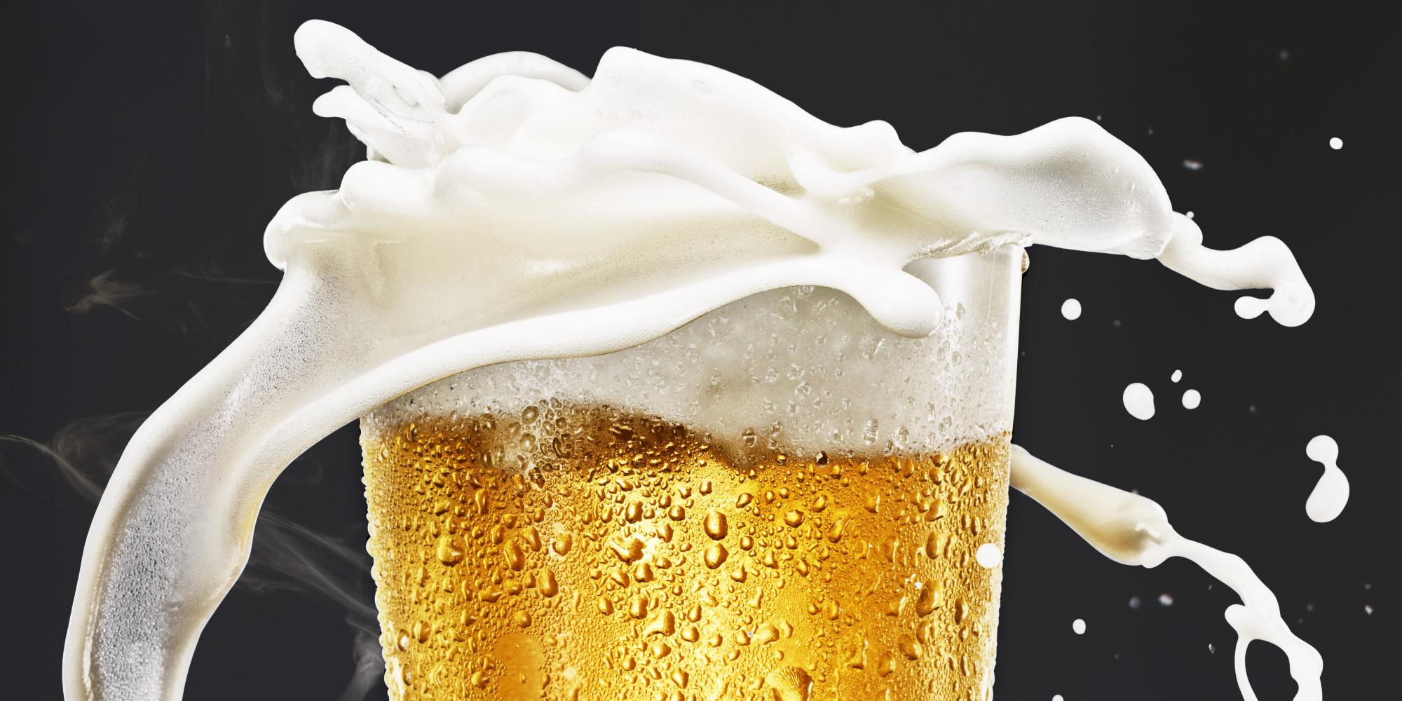 Vaso de cerveza con espuma