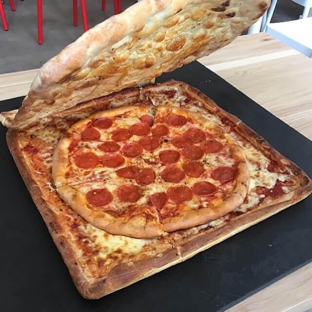 Pizza dentro de una caja de pizza