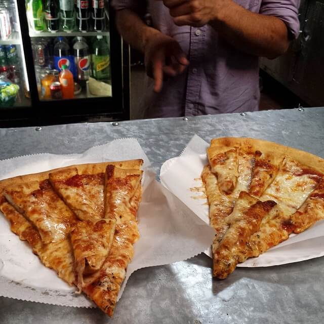 Dos trozos de pizza