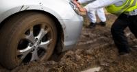 Esta es la manera más eficiente de sacar tu carro del barro cuando quedes atrapado