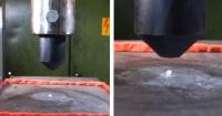 Esto es lo que sucede si aplastas un diamante con una prensa hidráulica