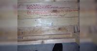Movía unos muebles viejos y encontró un extraño mensaje de su difunto padre para su madre