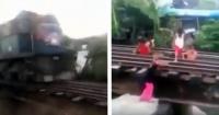 El peligroso juego de unos niños en las vías férreas que te dejarán con el alma en un hilo