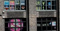 Guerra de dibujos hechos con post-it entre dos edificios terminó con un ÉPICO final