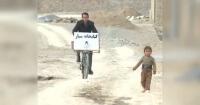 Este profesor viaja en bicicleta para leerle a los niños en Afganistán