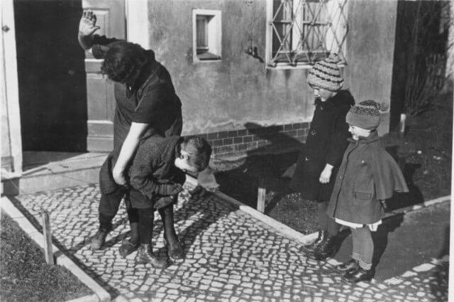 Mujer reprimiendo a un niño