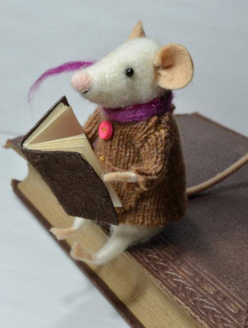 Ratón leyendo