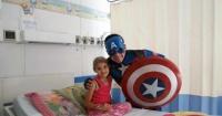 El pediatra que se disfraza de Capitán América para aliviar a sus pequeños pacientes
