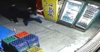 Karma instantáneo: intentó robar unas cervezas y terminó aplastado por el refrigador